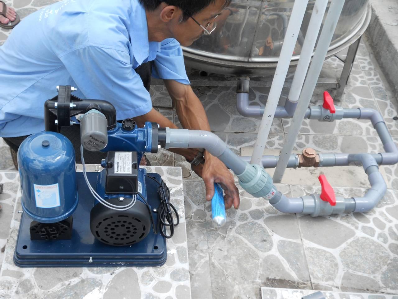 sửa chữa máy bơm nước tại hồ đền lừ