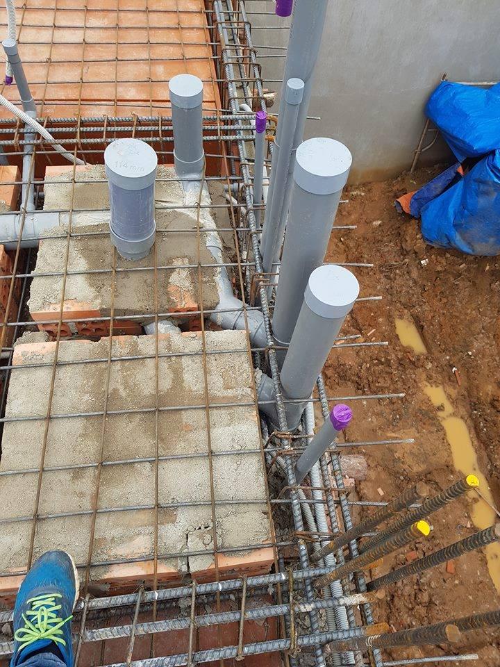 Ống thoát nước xuyên qua dầm sàn