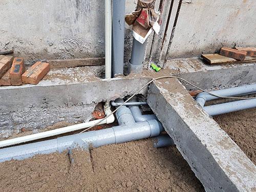 Ống thoát nước xuyên qua dầm