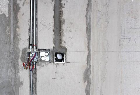 Luồn dây điện âm tường