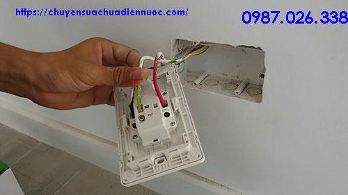Nối dây điện vào ổ cắm điện