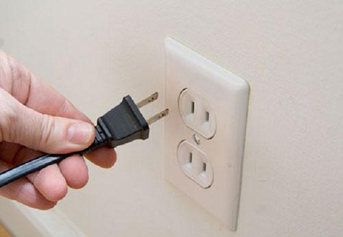 Ổ cắm điện âm tường bị lỏng