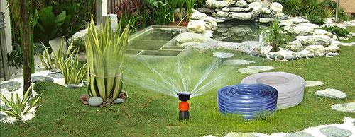 Ống nhựa mềm được sử dụng để bơm nước, tưới cây
