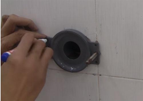 Lắp mặt bích gắn tường