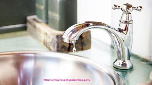 Vòi rửa bát bị rỉ nước